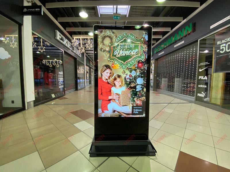 优色专显65寸双面纳米触摸落地广告机进驻捷克某商场